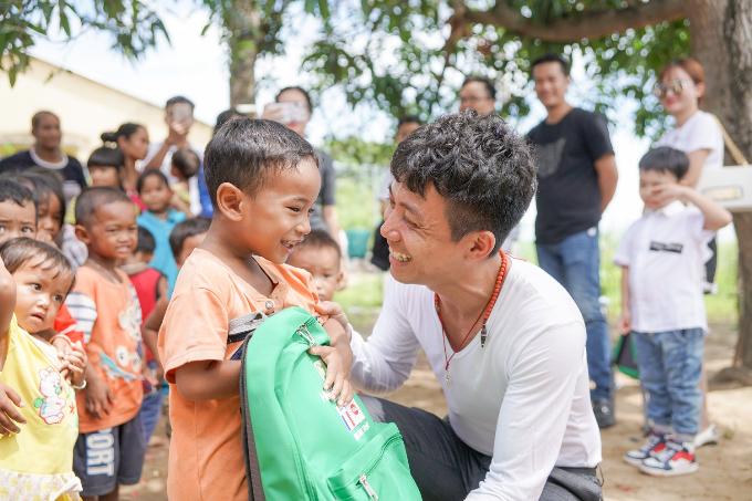 Phó TGĐ Nhựa Long Thành tặng quà cho các em nhỏ dịp Trung thu - 3