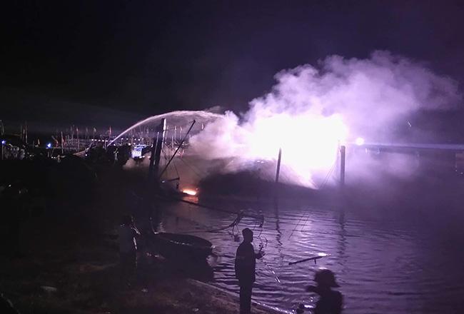 Cảnh sát phun nước dập lửa. Ảnh:Đ.X.