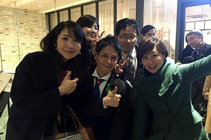 Nobuaki Tanaka (chính giữa, cà vạt đen), 48 tuổi, là Ossan được thuê để làm bạn tiệc. Ảnh:Straits Times.