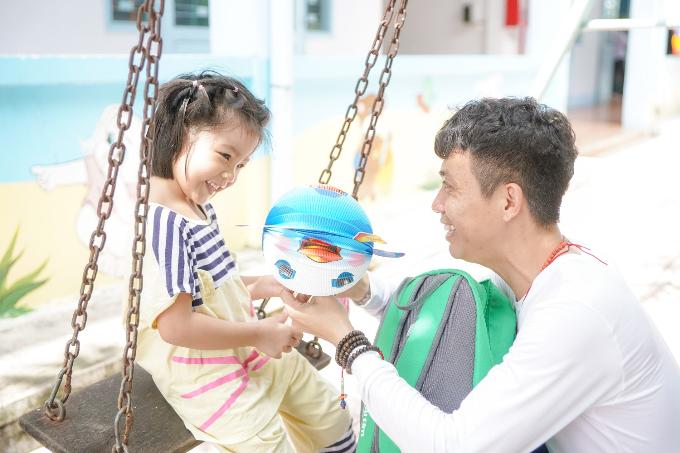 Phó TGĐ Nhựa Long Thành tặng quà cho các em nhỏ dịp Trung thu - 4
