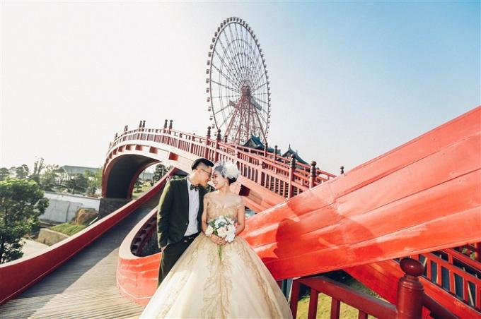 Khung cảnh trên cầu Koi phù hợp với những concept ảnh cưới lãng mạn, hoài cổ. Màu đỏ nổi bật kết hợp hài hòa với những mẫu váy cưới màu trắng, vàng và những chiếc áo dài trắng tinh khôi.