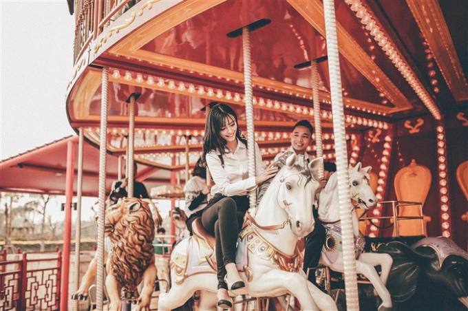 Vòng quay ngựa gỗ tại công viên chủ đề Dragon Park lại đưa các cặp đôi lạc vào thế giới cổ tích thần tiên, diệu kỳ. Nhiều cô dâu - chú rể chọn nơi đây để tái hiện những tháng ngày yêu đương lãng mạn.