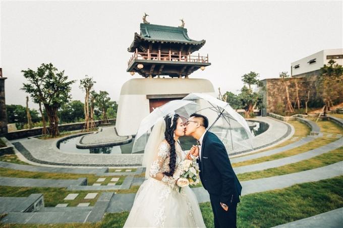 Thời gian gần đây, Sun World Halong Complex không chỉ là địa điểm vui chơi, giải trí hấp dẫn mà còn là thiên đường chụp ảnh cưới thu hút các cặp đôi. Nhiều bạn trẻ ấn tượng với kiến trúc Á Đông được mô phỏng tại công viên.