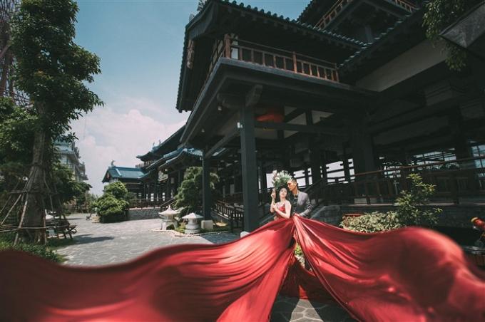 Bao quanh Vườn Nhật là tòa lâu đài đồ sộ, cổ kính mô phỏng kiến trúc của thành Edo - kiến trúc đặc trưng của Nhật Bản.