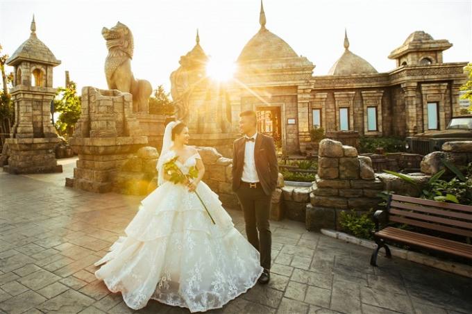 Kiến trúc Champa trên lối vào khu vực trò chơi Phi long thần tốc được mô phỏng sống động khiến các cặp đôi có cảm giác như đang chụp ảnh cưới tại Campuchia.