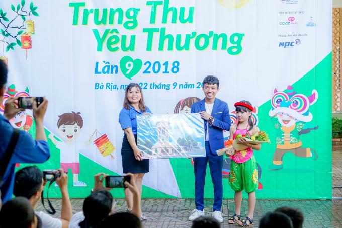Phó TGĐ Nhựa Long Thành tặng quà cho các em nhỏ dịp Trung thu