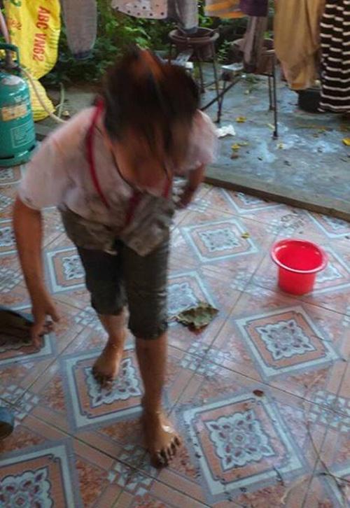 Cô chị Thị An cũng lấm lem bùn đất.