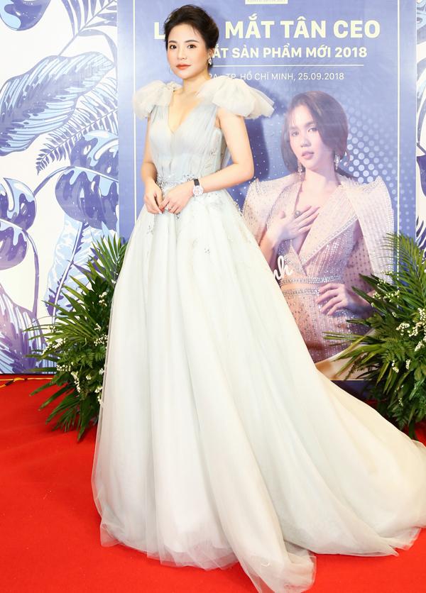 Hoa hậu Đại sứ Doanh nhân Toàn năng châu Á 2018 Stella Chang lộng lẫy trong bộ váy dạ hội gam trắng. Cô có mối quan hệ thân thiết với Ngọc Trinh.