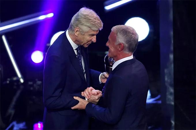 Cựu HLV Arsenal Wenger trao danh hiệu cho đồng nghiệp.