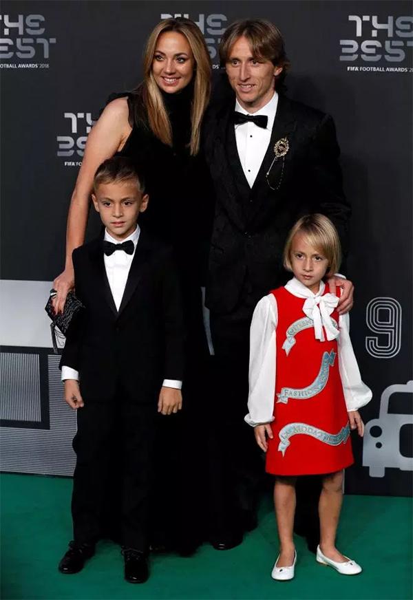 Modric đưa vợ và hai con đến dự lễ trao giải.