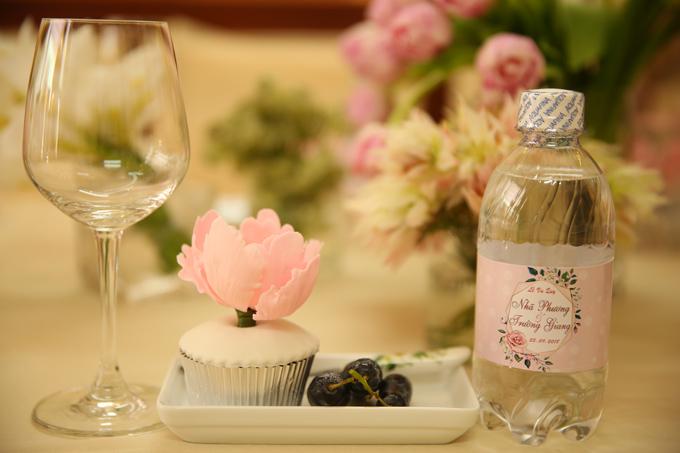 Chai nước tiếp khách cũng được đặt riêng, có tên và ngày cưới của cô dâu, chú rể.