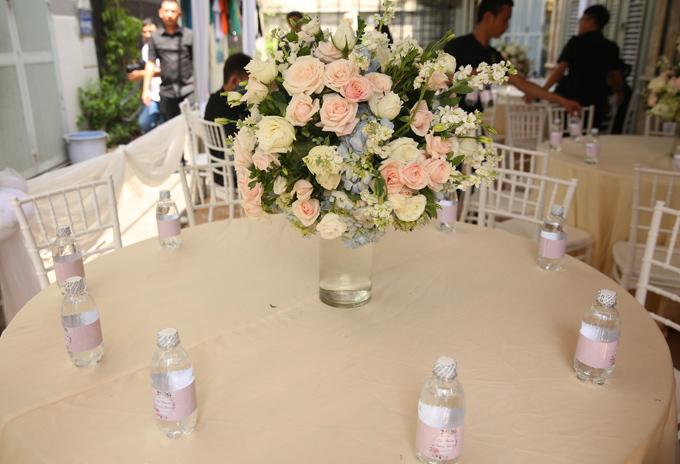 Phía ngoài, các bàn dành cho khách nghỉ ngơi, uống nước cũng trang trí hoa tươi.