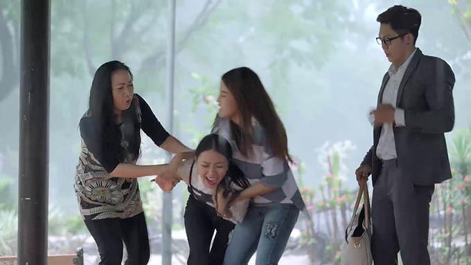 Nhi (Băng Di) bị mẹ và em gái Công xông vào đánh trước mặt nhân tình mới.