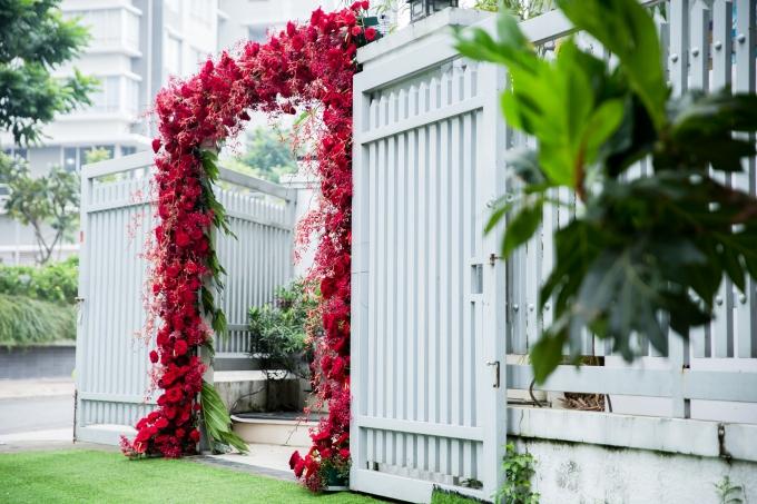 Cồng chàođược kết hoàn toàn bằng hoa tươi. Theo êkíp trang trí, khoảng10.000 bông hoađược sử dụng, baogồm: thảo đường hoàng đế, lan hồ điệp, hoa thanh liễu, hồng Ecuador, ánh trăng vàng& cùng nhiều loại hoa phụ khác.