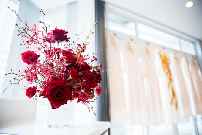 Ngay cả phòng riêng của cô dâu và phụ dâu cũng được tạo điểm nhấn với sắc đỏ của hoa.