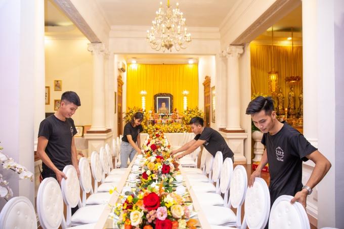 Khác với cổng hoa, không gian bên trong được bao phủ với sắc vàng. Gia đình chú rể theo đạo Phật nên Tuấn Johnquyết định chọn màu vàng trên nền biệt thự kiểu châu Âu.