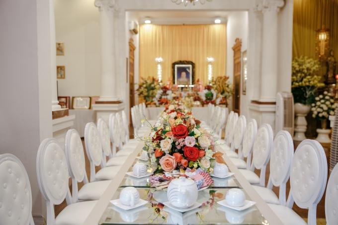Bàn tiếp khách được xếp hàng dài, có sắc trắng từ bàn ghế đến ly tách uống trà.