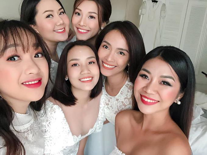 Ca sĩ Ái Phương cũng thay váy trắng ton sur ton với các bạn, có mặt từ sớm để chia vui với Nhã Phương trong ngày trọng đại.