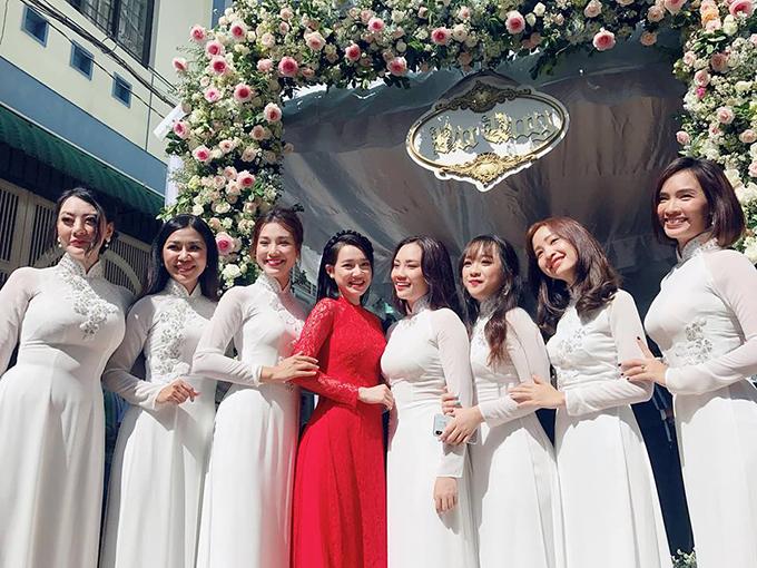 Nhã Phương khoe sắc bên dàn phù dâu xinh đẹp tại lễ vu quy diễn ra ở nhà riêng (Tân Bình - TP HCM) chiều 25/9.