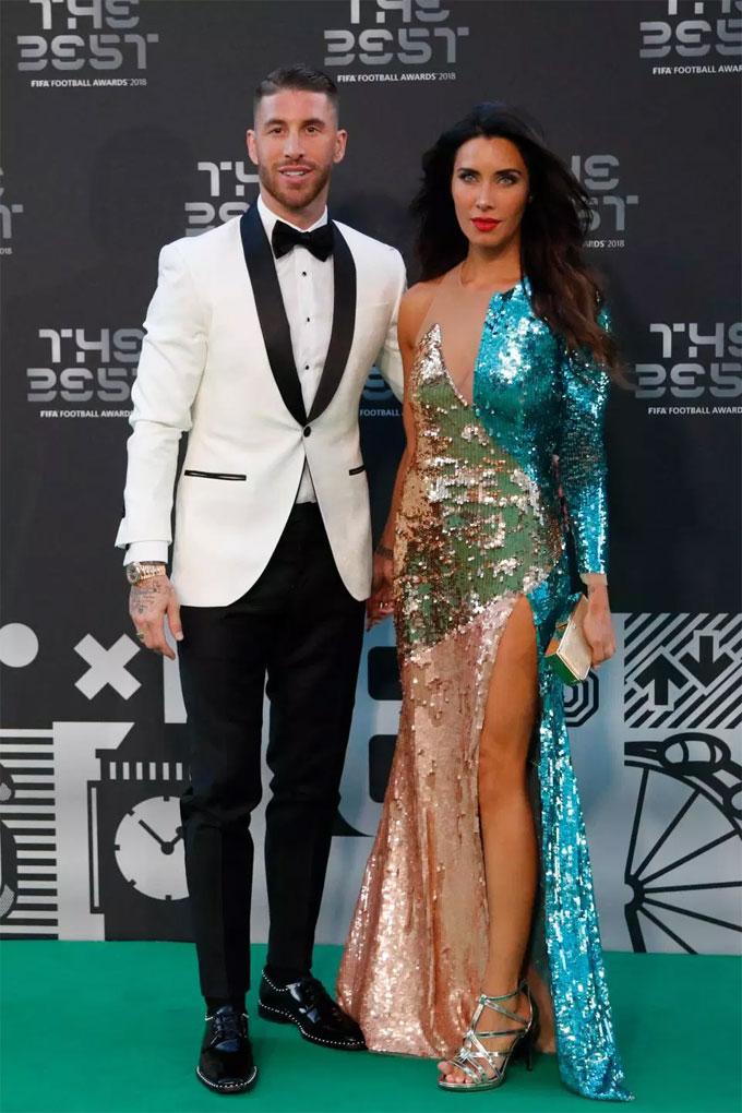 Cặp trai tài gái sắc nổi bật ở sự kiện. MC Tây Ban Nha mới trở lại sau khi sinh nở nhưng nhanh chóng lấy lại vóc dáng chuẩn. Cô diện bộ váy ấn tượng để tỏa sáng tại lễ trao giải The Best.
