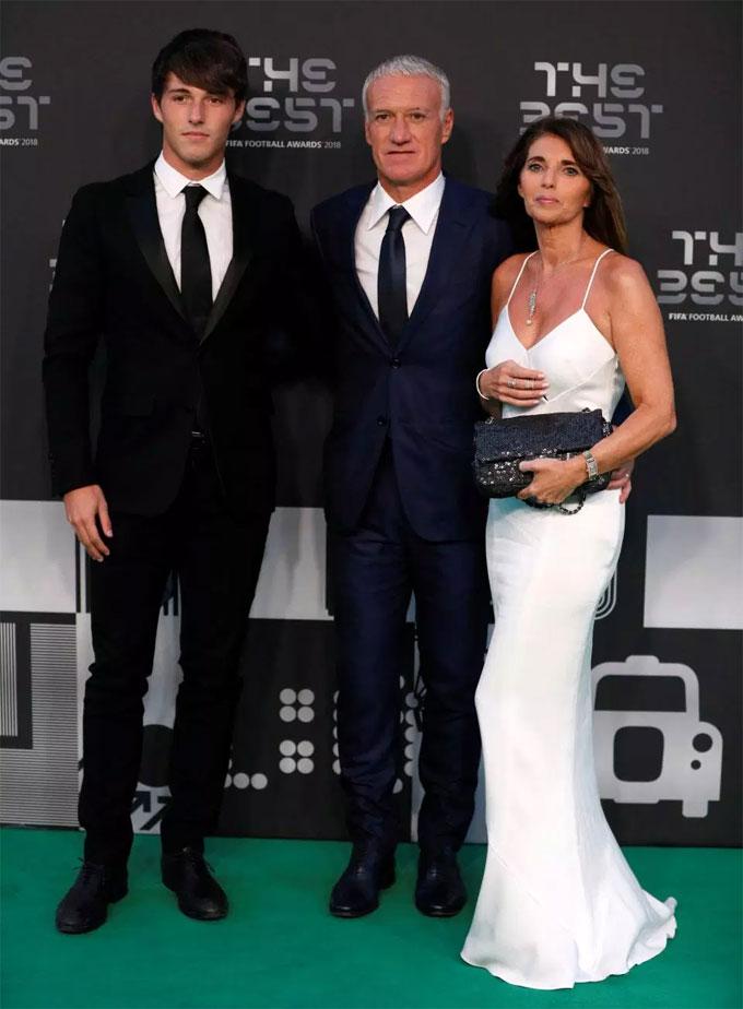 HLV Deschamps đi cùng vợ và con trai. Ông nhận danh hiệu HLV xuất sắc của năm với chức vô địch World Cup cùng tuyển Pháp.