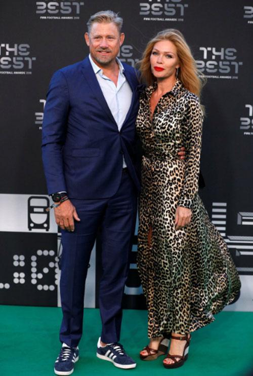 Cựu thủ môn Peter Schmeichel và vợ.