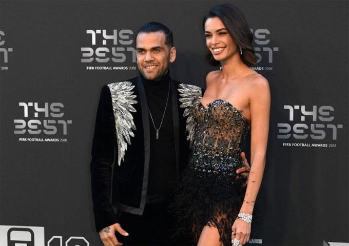 Dani Alves đi cùng hôn thê Joana Sanz.
