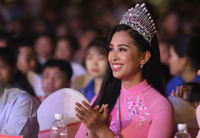 Hoa hậu Trần Tiểu Vy tặng quà Trung thu cho trẻ em Quảng Nam