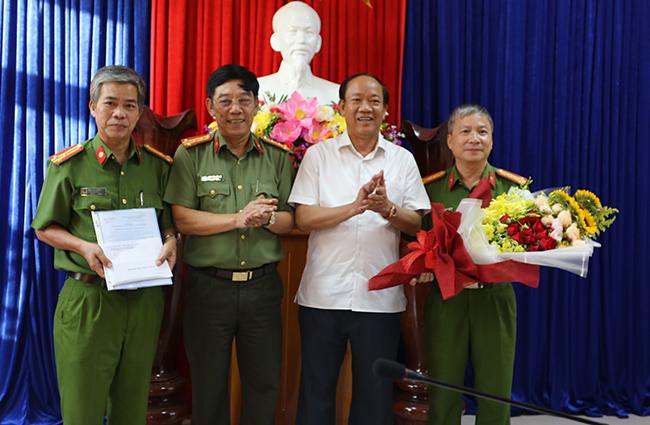 Lãnh đạo tỉnh Quảng Nam thưởng nóng cho ban chuyên án. Ảnh: Sơn Thủy.
