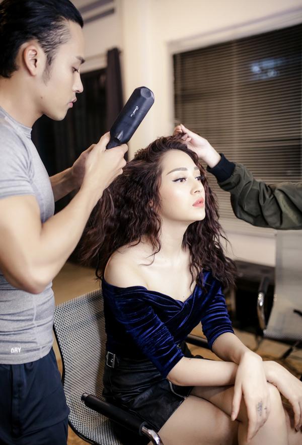 Bảo Anh chuẩn bị trang điểm, làm tóc kỹ lưỡng khi về Đồng Nai hát trong chương trình dành cho sinh viên.