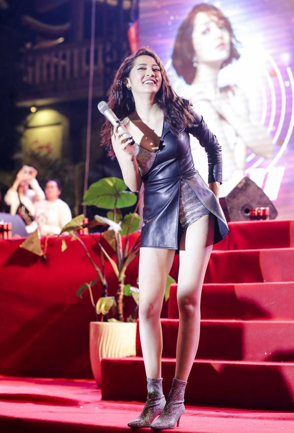 Nữ ca sĩ rất hạnh phúc khi khán giả hòa nhịp hát cùng và cổ vũ nồng nhiệt cho cô.