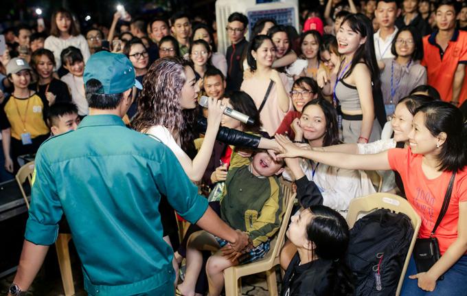 Bảo Anh ngẫu hứng xuống giao lưu, bắt tay các sinh viên Đại học Lạc Hồng, Đồng Nai.