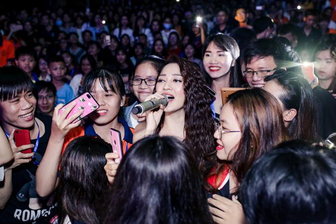 Hàng trăm fan vây kín Bảo Anh, khiến cô bịn rịn, khó ra về sau khi kết thúc chương trình.