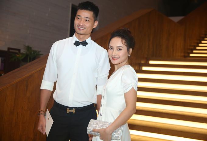 Vợ chồng Bảo Thanh đồng điệu với trang phục gam trắng.