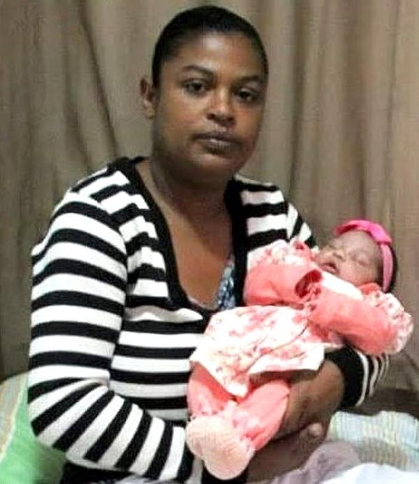 Chị Fernanda Ferreria (25 tuổi) và con gái sơ sinh Sofia sau khi cô bé bị bọ cạp cắn nhưng vẫnthoát chết nhờ được cấp cứu kịp thời ở bệnh viện bang Bahia, Brazil. Ảnh: Carter News Agency.