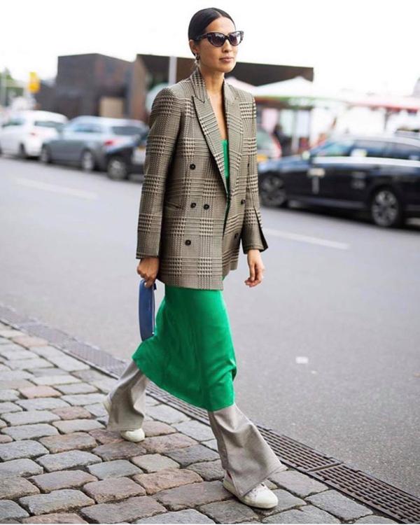 Áo blazer phù hợp với không khí thu đông vẫn là món đồ được các fashionista thế giới ưa chuộng nhất. Họ chọn trang phục này để kết hợp với các kiểu chân váy xòe, quần tây ống rộng, quần jeans.