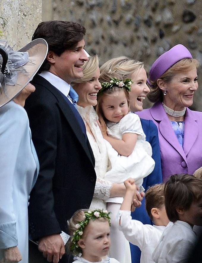 Công chúa 3 tuổi thoải mái dựa vào người mẹ đỡ đầu Sophie khi chụp ảnh kỷ niệm hôm 22/9. Ảnh: Twitter.