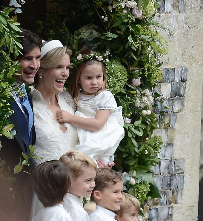 Công chúa Charlotte được mẹ nuôi Sophie bế sau khi hôn lễ tổ chức xong ở nhà thờ St Andrew, hạt Norfolk hôm 22/9. Ảnh: Twitter.