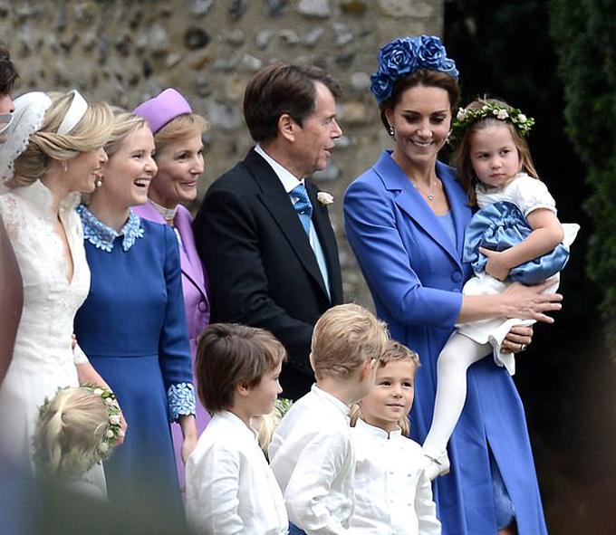 Kate được cho là mặc lại váy cũ để không chiếm sóng của cô dâu khi tham dự hôn lễ ở nhà thờ St Andrew chiều 22/9. Ảnh: Twitter.