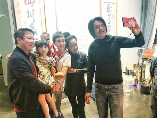 Vợ chồng Châu Nhuận Phát chụp ảnh cùng bạn bè khi mọi người cùng tham dự một sự kiện mừng Trung thu.