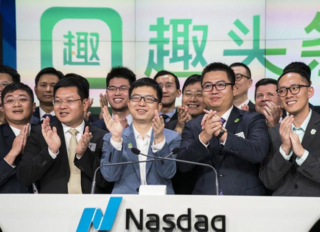 Eric Tan (chính giữa) và các nhà đầu tư ởbuổi lễ niêm yết cổ phiếu của Qutoutiao tại New York. Ảnh: TNYT.