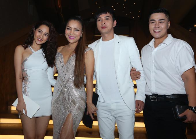 Ca sĩ Bảo Anh vui vẻ chụp ảnh cùng tình cũ Hồ Quang Hiếu, đàn chị Hồng Ngọc và một người bạn.