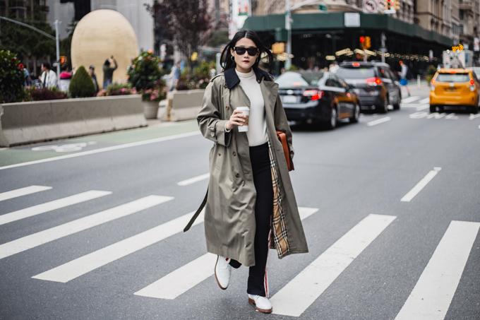 Áo trend coat được người đẹp phối cùng quần kẻ sọc, giầy thể thao và áo cổ lọ. Đây là phong cách được các tín đồ thời trang thế giới ưa chuộng ở mùa thu đông.