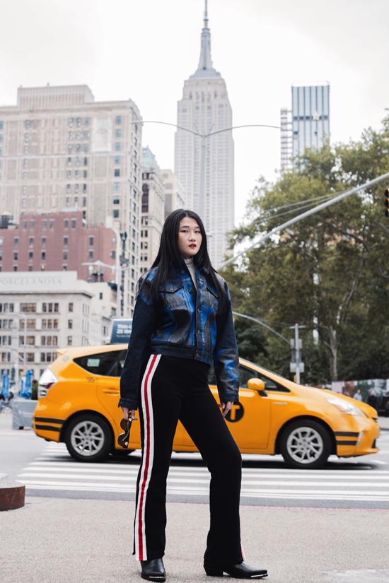 Bên cạnh việc chọn giầy thể thao để phối cùng quần kẻ sọc, á quân Vietnams Next Top Model còn sử dụng bốt cổ thấp để tăng nét cá tính.