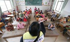 Trẻ mầm non Trung Quốc nhập viện vì ăn gạo mốc, chân gà ôi thiu