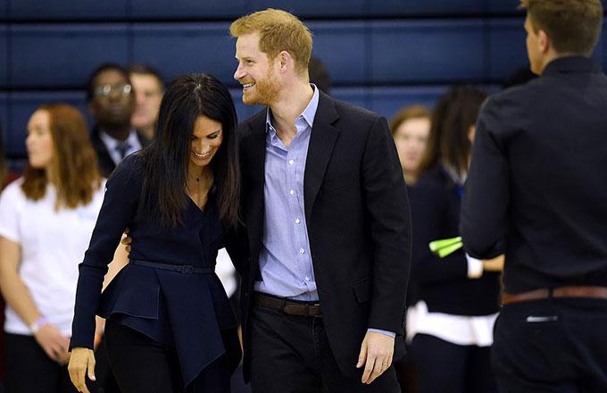 Trong khi Meghan rạng rỡ trong chiếc áo màu xanh của Oscar de la Renta, quần âu của Altuzarra và giày cao gót màu đen của Stiletto, Hoàng tử Harry cũng mặc một bộ vest gần đồng màu với áo của vợ.
