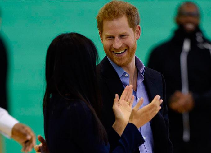 Vẫn giống như những lần trước, Công tước xứ Sussex thường xuyên thể hiện nhiều cử chỉ âu yếm và ánh mắt trìu mến để nhìn vợ.