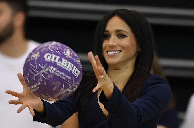 Nữ công tước xứ Sussex hoà mình vào không khí của trận bóng và thể hiện khả năng bắt bóng chuẩn xác.