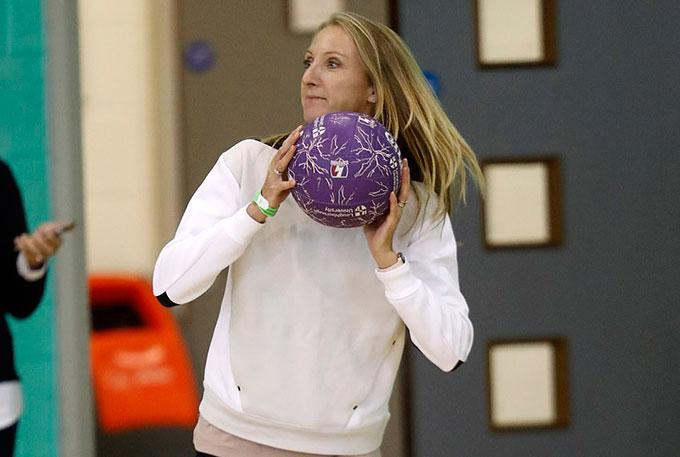 Nữ vận động viên marathon lập kỷ lục thế giới Paula Radcliffe cũng tham gia trận bóng netball với Meghan.