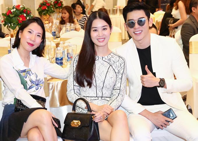 Từ trái qua: nhà báo Hoàng Khánh, Á hậu Áo dài Minh Phương và người mẫu Minh Trung vui vẻ hội ngộ.